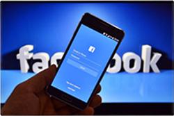 Facebookにログインを試みるスマートフォン