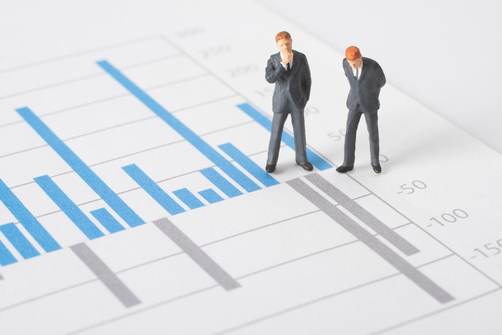 グラフを見て悩むちっちゃいビジネスマン2人