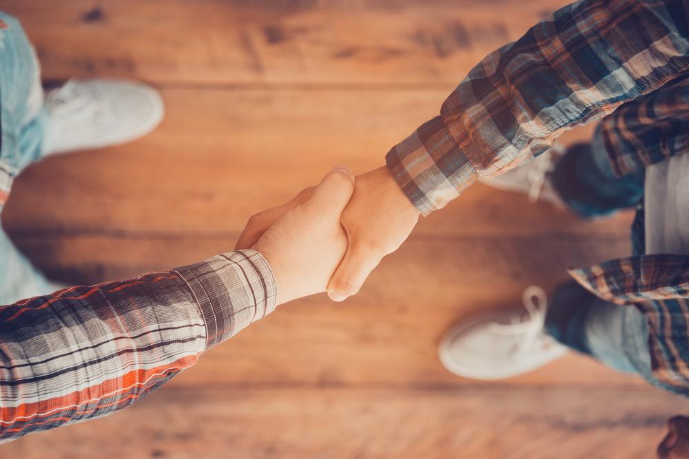 握手して関係をつくる