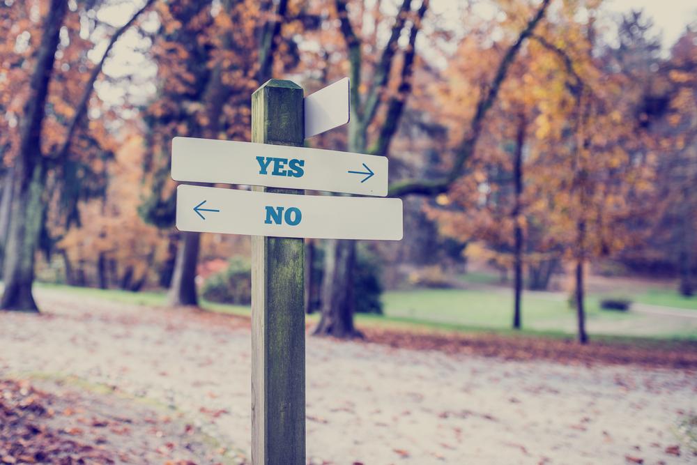 「YES」「NO」で道が分かれている標識