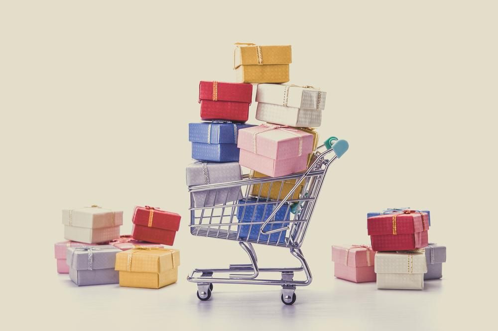 ショッピングカートに商品が山積みになっている様子