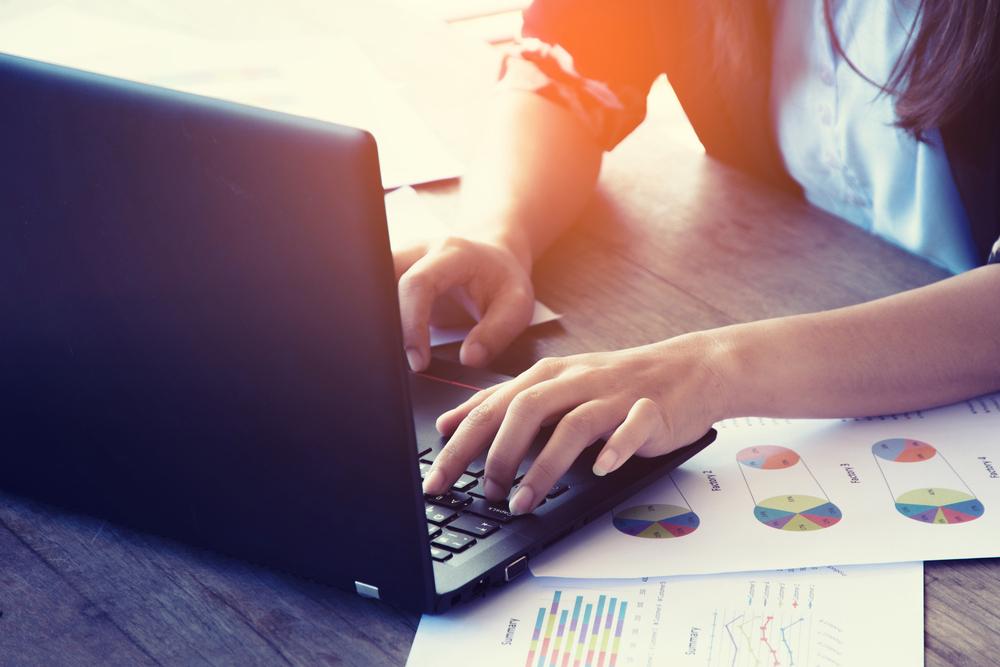 登録情報をパソコンで編集する女性