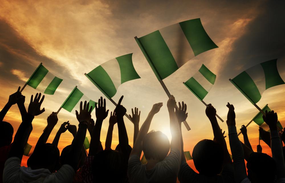 ナイジェリアの国旗を振る群衆