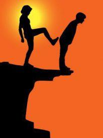 男性を崖から突き落とそうとしている女性