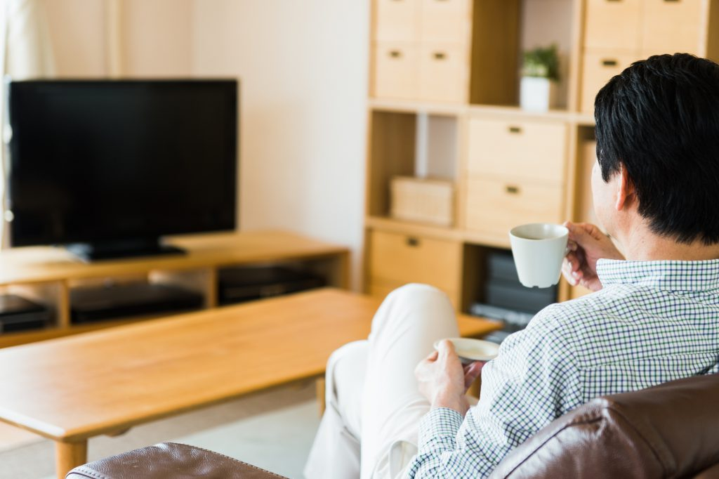 テレビを楽しむ成人男性