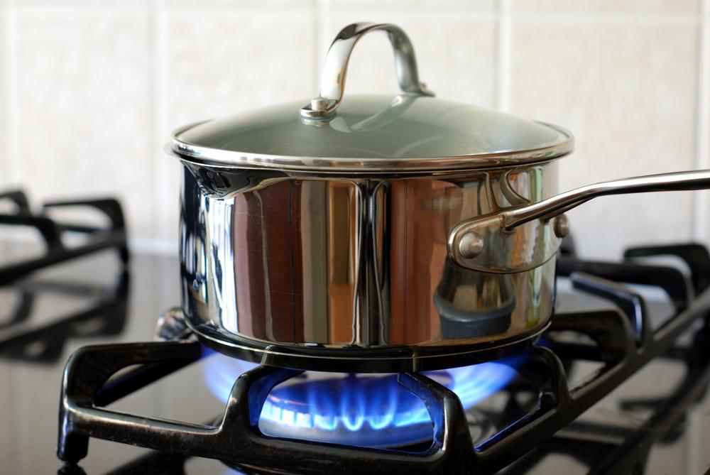 ガスコンロで鍋に火をかけている